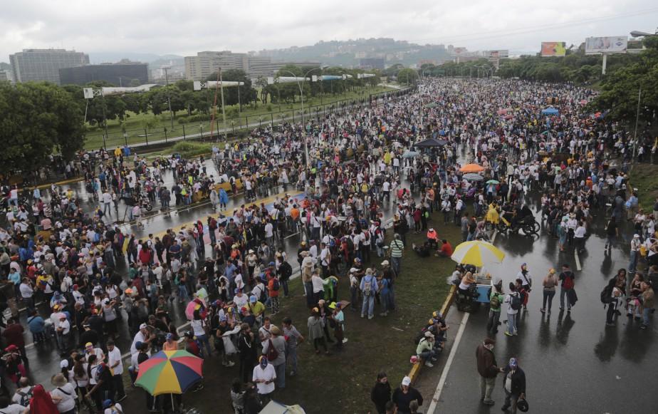 Des militants vénézuéliens se rassemblent sur une autoroute pour participer à une manifestation assise contre le régime de Nicolas Maduro, à Caracas. Ils réclament des élections immédiates. | 15 mai 2017