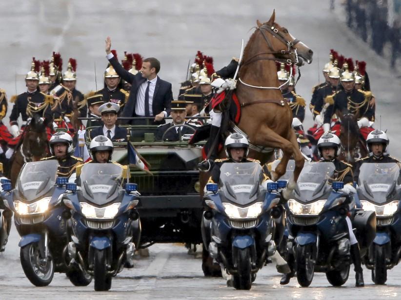 Un cheval est cabré dans le convoi présidentiel d'Emmanuel Macron, lors de son trajet entre les Champs Élysées et l'Arc de Triomphe à Paris. | 15 mai 2017