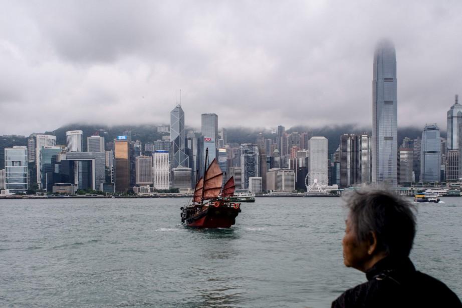 Une dame âgée observe le départ d'un navire traditionnel chinois depuis le port de Victoria Harbour, à Hong Kong. | 15 mai 2017