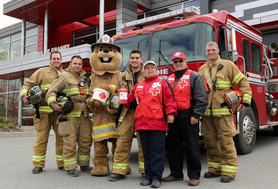 Plus de 10 000 $ ont été amassés lors de la collecte de fonds qui s'est tenue à la caserne des pompiers de Granby, vendredi, pour venir en aide aux sinistrés des régions touchées par les inondations. | 15 mai 2017