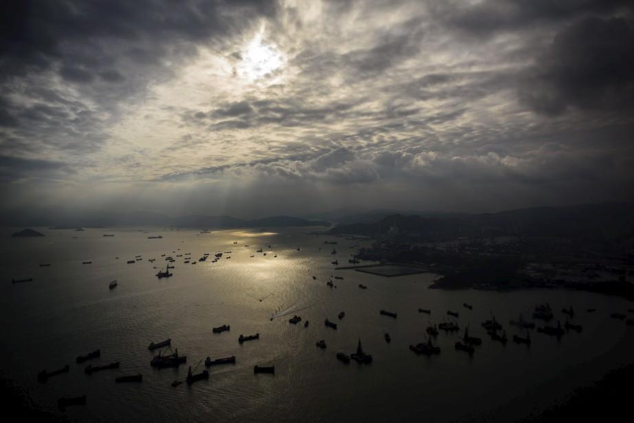 Le soleil se couche sur la baie de Victoria, à Hong Kong. | 16 mai 2017