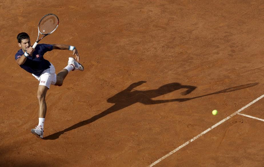 Novak Djokovic retourne le coup d'Aljaz Bedene pendant les Internationaux de tennis d'Italie, à Rome. | 16 mai 2017