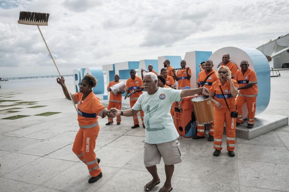 Les nettoyeurs de rue célèbrent leur journée nationale à Rio de Janeiro, au Brésil. | 16 mai 2017