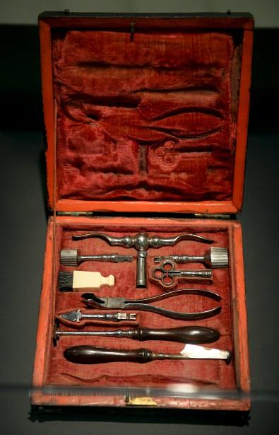 À donner froid dans le dos : des outils de trépanation qui servaient à ouvrir le crâne, à une époque heureusement révolue... (Le Soleil, Erick Labbé)