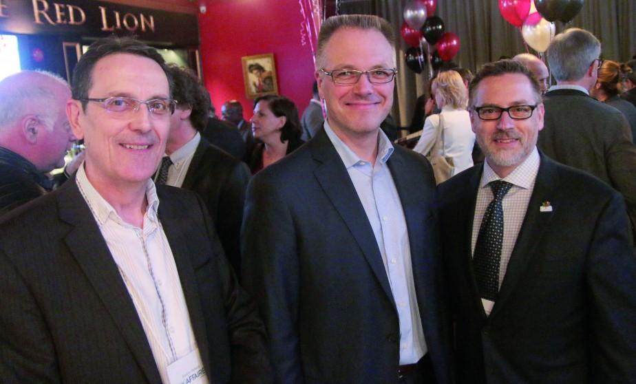 PROMOTION / Jocelyn Thibault, représentant pulicitaire pour  Le Droit , François Dalhen de l'entreprise Adnetis et Éric Brousseau, directeur principal aux ventes et marketing au  Droit . | 17 mai 2017