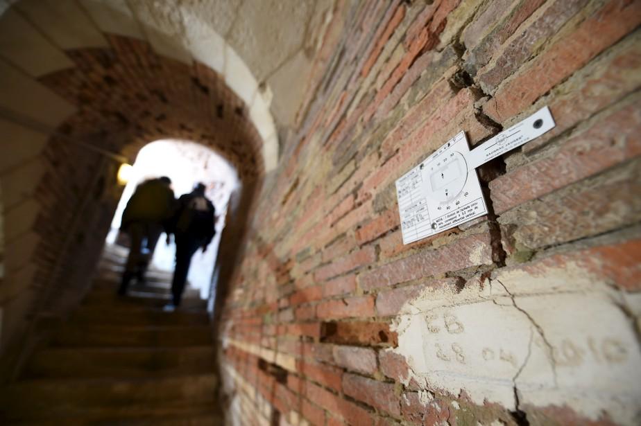 Les fissures qui lézardent les murs du Fort Boyardsont surveillées et mesurées.  | 17 mai 2017