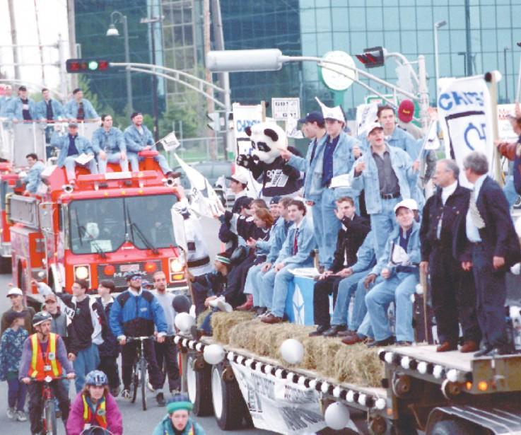 Les Olympiques défilent dans les rues de Hull avec la Coupe Memorial, en mai 1997. (Archives, Le Droit)
