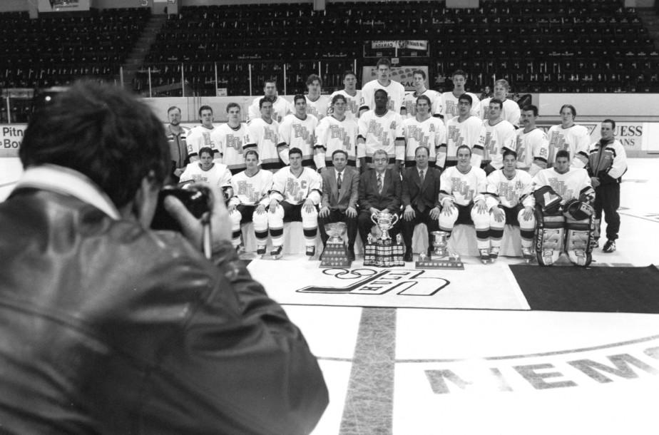 Photo d'équipe avec le trophée. (Archives, Le Droit)