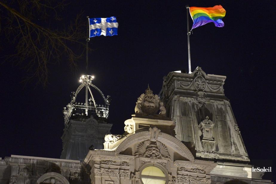 Le drapeau arc-en-ciel flottant sur l'une des tours... (Photo archives Le Soleil, Yan Doublet)