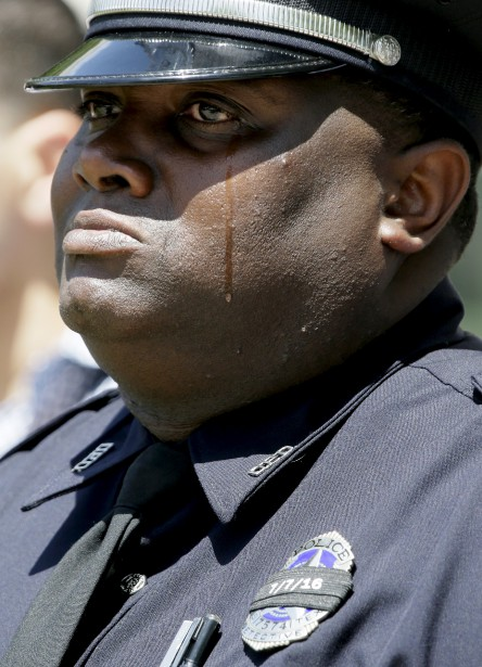 L'officier Demarcus Black verse une larme pendant une cérémonie en... | 2017-05-17 00:00:00.000