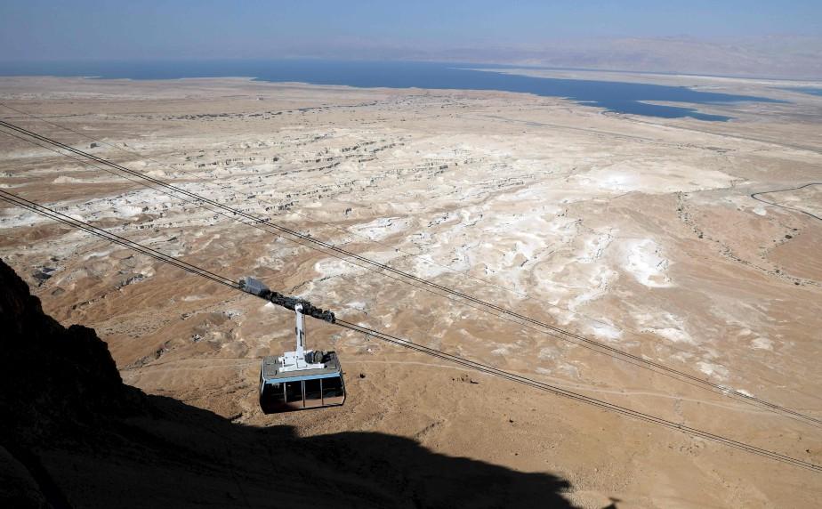Un téléphérique grimpe vers la forteresse de Massada dans le désert de Judée, en Israël. | 17 mai 2017
