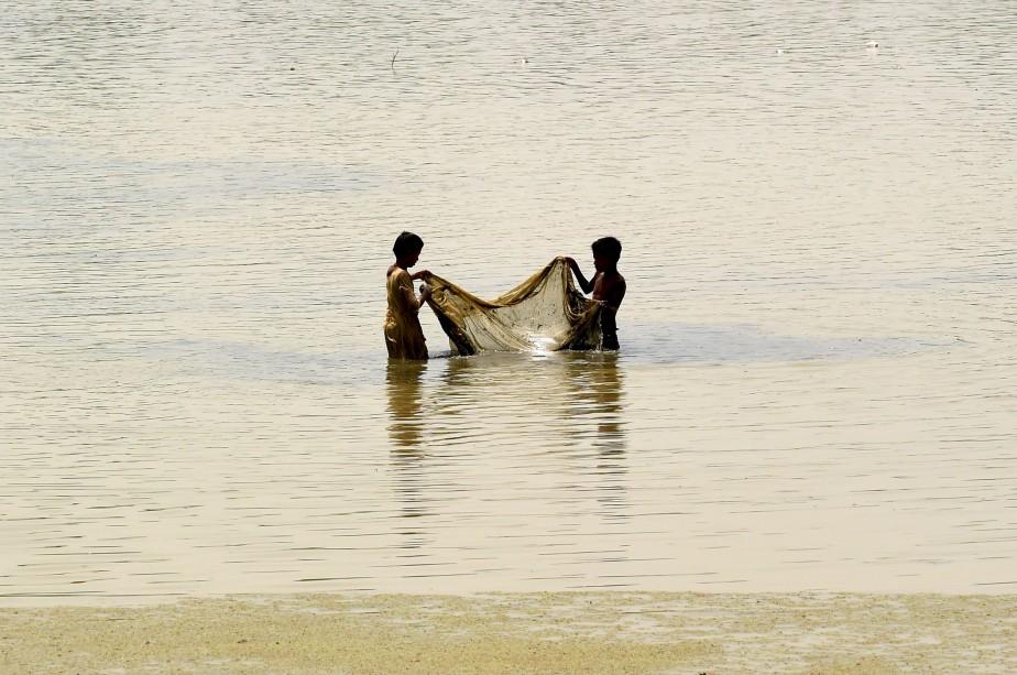 Des pêcheurs indiens jettent leur filet à l'eau à New Delhi. | 17 mai 2017