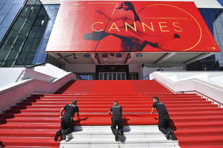 Des préposés déroulent le tapis rouge en vue du Festival de Cannes. | 17 mai 2017