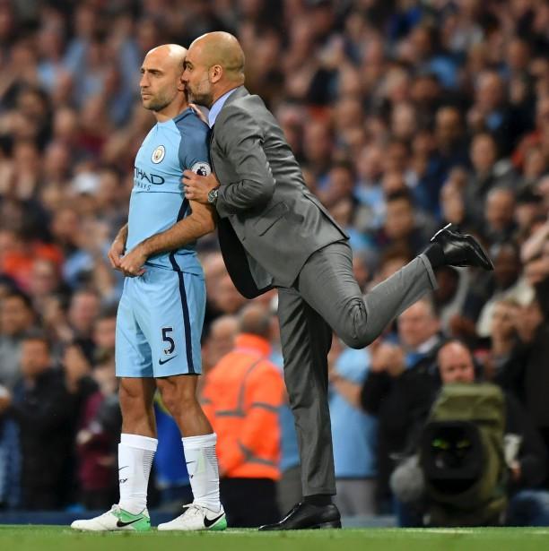 L'entraîneur de Manchester City Pep Guardiola donne ses dernières instructions à Pablo Zabaleta avant que ce dernier ne saute sur le terrain pendant un match du Championnat anglais de soccer contre West Bromwich Albion. | 17 mai 2017