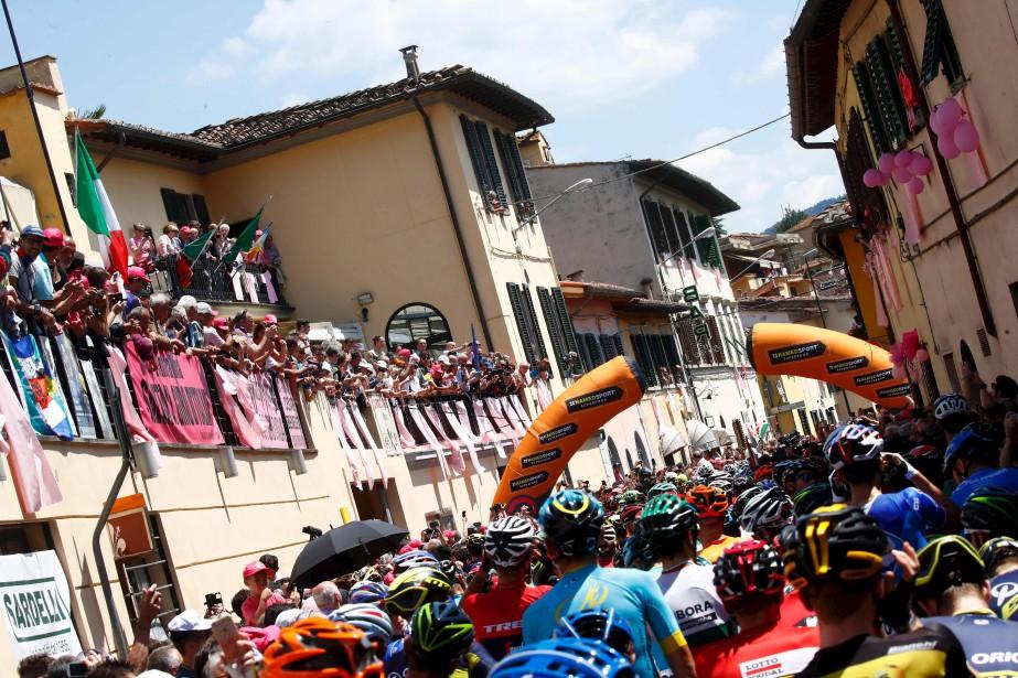 Le peloton roule vers Bagno di Romagna pendant la 11e étape du Tour d'Italie. | 17 mai 2017