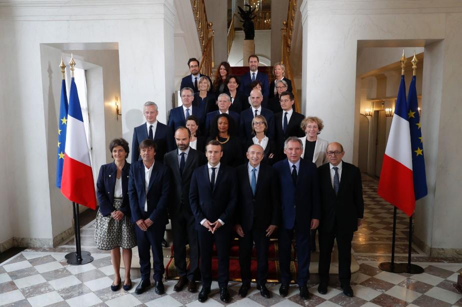 Emmanuel Macron entouré de ses nouveaux ministres.... (Photo PHILIPPE WOJAZER, agence France-Presse)