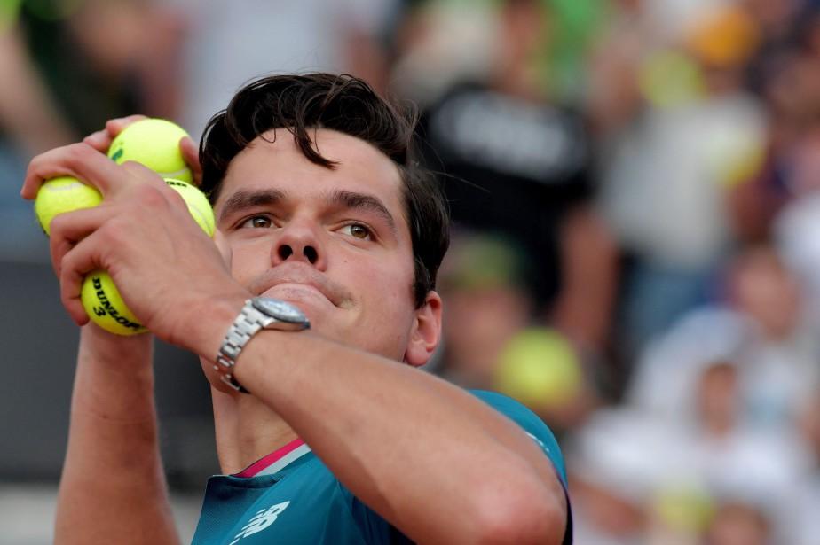 Milos Raonic lance des balles à la foule... (PHOTO AFP)