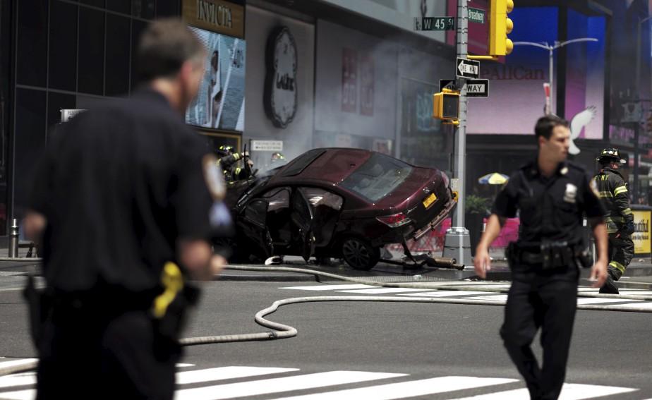 La police de New York sécurise le périmètre établi autour... | 2017-05-18 00:00:00.000