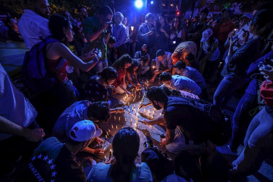 Des activistes de l'opposition placent des chandelles en hommage aux 43 manifestants décédés depuis deux mois au Vénézuela, tentant de chasser du pouvoir le président Nicolas Maduro. Les États-Unis ont averti l'ONU que le conflit s'intensifiait dans ce pays d'Amérique du Sud et pourrait bientôt ressembler à la situation en Syrie et au Soudan du Sud. | 18 mai 2017