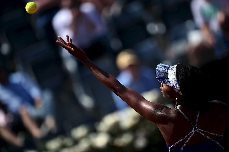 L'Américaine Venus Williams fait son service vers la Britannique Johanna Konta durant leur match à l'Open de Rome.   18 mai 2017