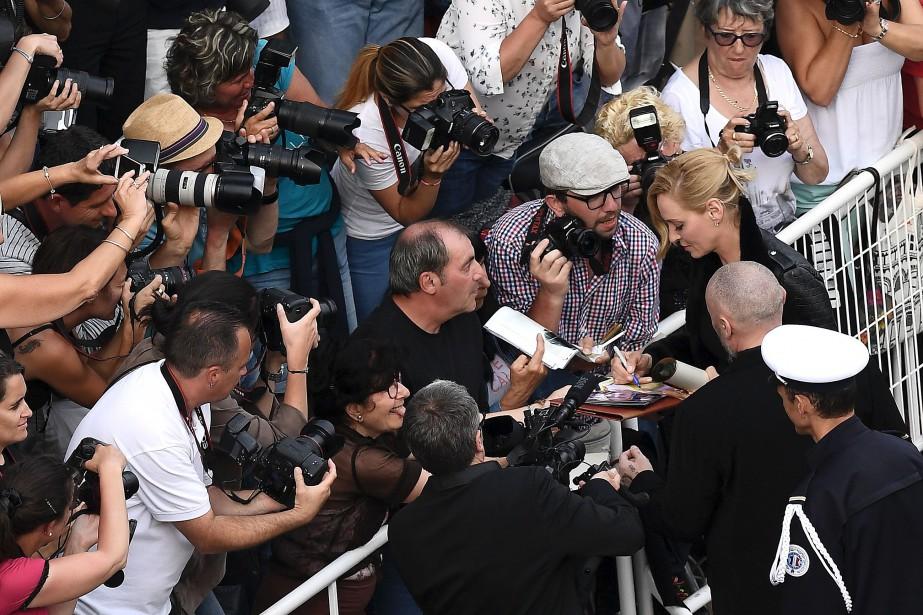 Uma Thurman est assaillie par les fans pour signer des autographes. | 18 mai 2017
