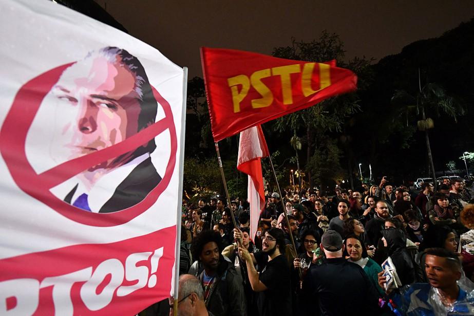 Dès jeudi soir, des milliers de Brésiliens ont... (PHOTO NELSON ALMEIDA, AGENCE FRANCE-PRESSE)