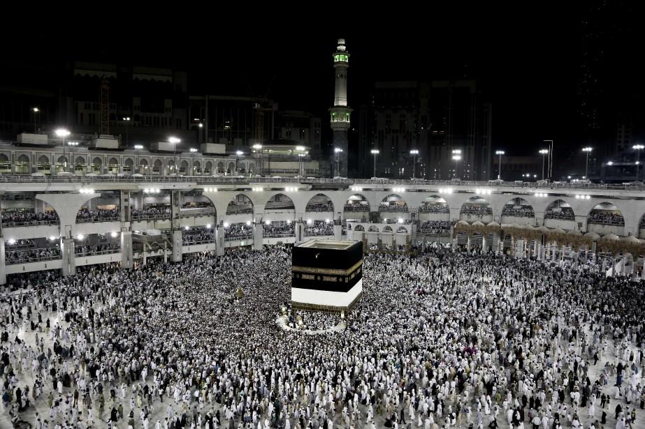 Des pélerins encerclent la Kaaba, dans la grande... (ARCHIVES AP)