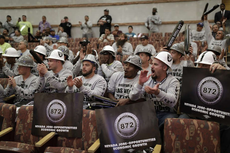 Le public - et les partisans des Raiders... (Photo John Locher, AP)