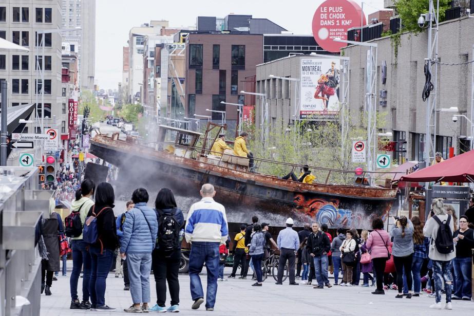 Le passage du Scaphandrier dans le Vieux-Port n'est pas passé inaperçu. (La Presse)