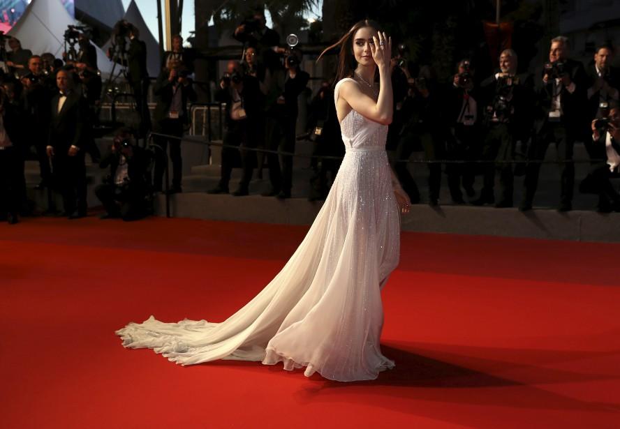 L'actrice Lily Collins sur le tapis rouge avant la projection du film  Okja  | 19 mai 2017
