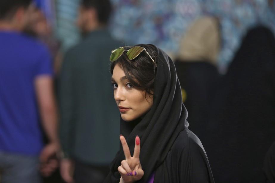Une jeune femme iranienne fait le signe de... (PHOTO Vahid Salemi, AP)