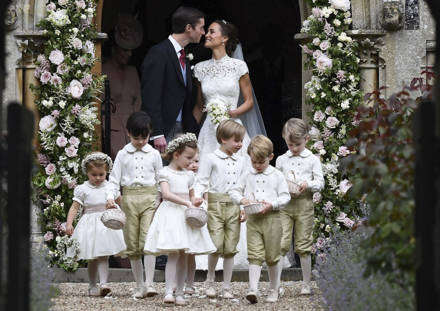 Pippa Middleton et James Matthews s'embrassent à la sortie de l'église. (Justin Tallis/Pool Photo via AP)