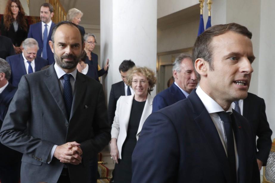 Le président Emmanuel Macron, à droite, et le... (Photo Philippe Wojazer, AP)