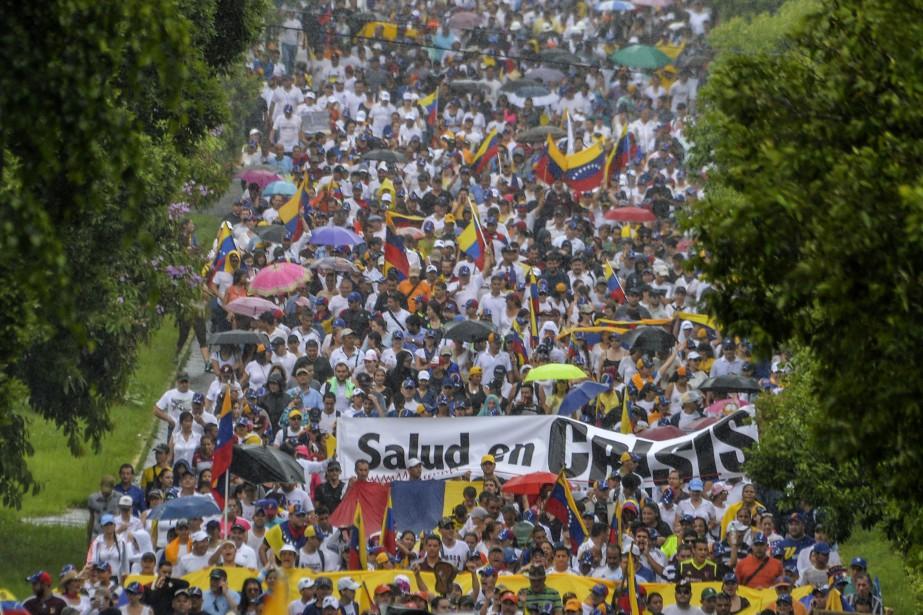 Les opposants vénézuéliens ont commencé samedi à se... (Photo LUIS ROBAYO, AFP)