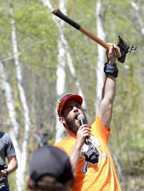 L'organisateur Marc-André Bédard motive les troupes avant le début de la course. (Le Soleil, Yan Doublet)