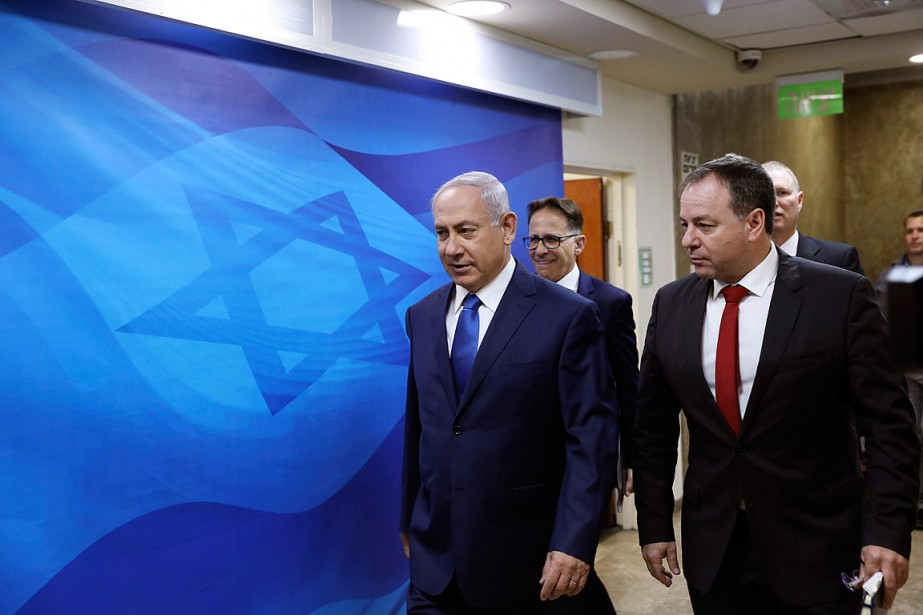 Le premier ministre israélien Benyamin Nétanyahou (au centre)... (PHOTO Ronen Zvulun, ASSOCIATED PRESS)