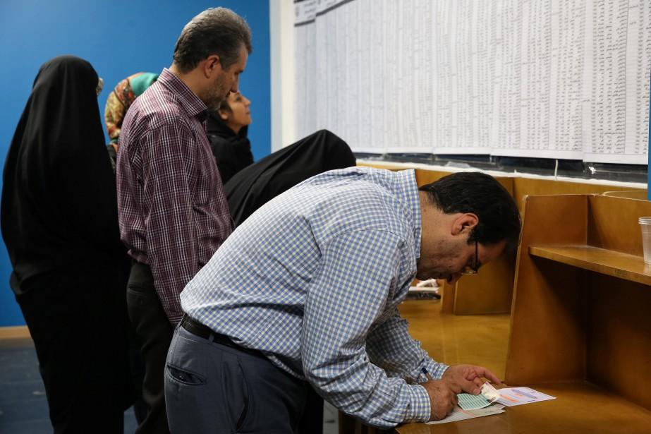 Des Iraniens votent.... (PHOTO ARCHIVES REUTERS)