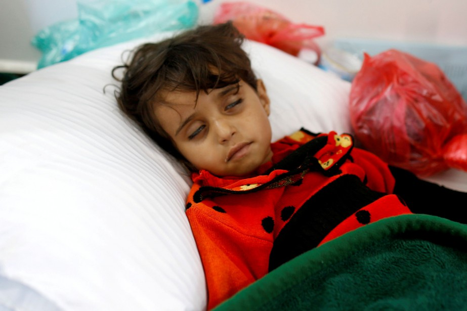 Une fillette infectée est traitée dans un hôpital... (Photo Khaled Abdullah, archives REUTERS)