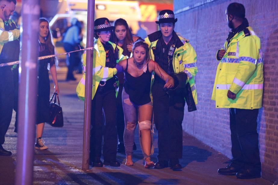 Une adolescente blessée dans l'explosion au spectacle d'Ariana Grande est escortée par des policières à Manchester. (Joel Goodman/LNP/REX/Shutterstock)