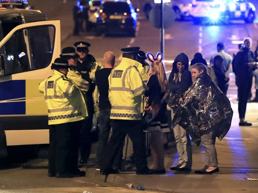 La salle de concert Manchester Arena, où venait de se produire la chanteuse Ariana Grande, a été évacuée à la suite d'au moins une explosion d'origine indéterminée. La police a annoncé un bilan de 19morts et environ 50blessés. (AP, Peter Byrne)