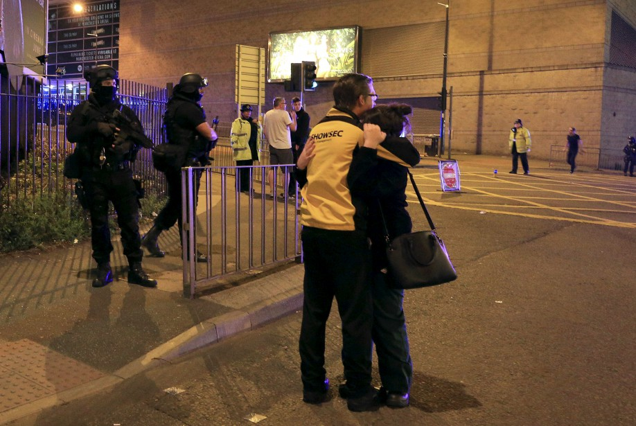 La consternation était grande pour les spectateurs qui ont dû évacuer le Manchester Arena à la suite d'une explosion mortelle, lundi soir. (AP, Peter Byrne)