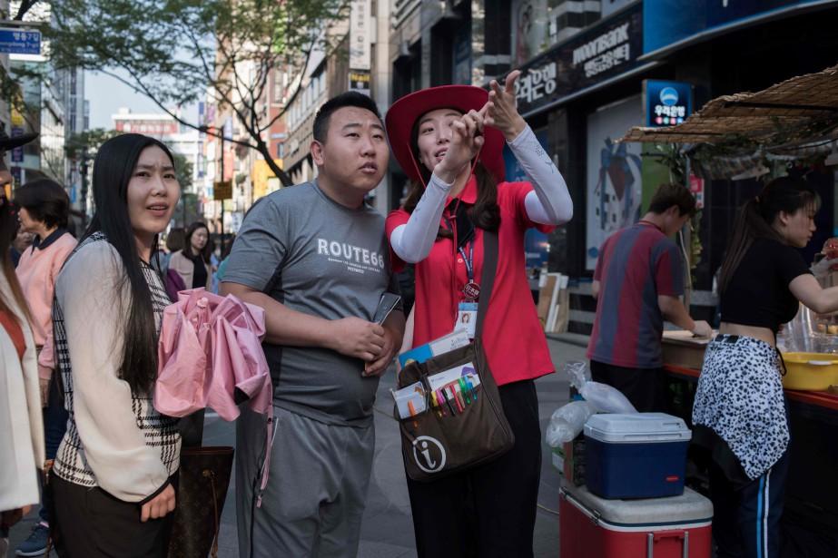 Une guide informe des touristes chinois à Séoul.... (Photo Ed Jones, archives Agence France-Presse)