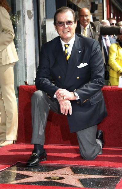 Roger Moore lors du dévoilement de son étoile sur Hollywood Boulevard en 2007 (Reuters)