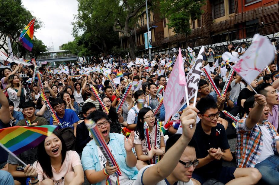 Des centaines de personnes rassemblées à Taipei ont... (Photo Tyrone Siu, REUTERS)