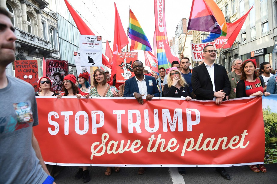 Les manifestants ont rivalisé d'originalité pour décrier la... (PHOTO THIERRY CHARLIER, AFP)