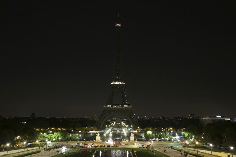On a éteint les lumières de la tour Eiffel en l'honneur des victimes de l'attentat de Manchester. | 24 mai 2017