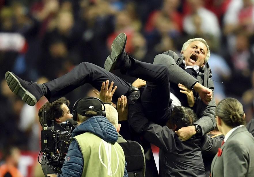 L'entraîneur de Manchester United, José Mourinho, célèbre la victoire de son club contre l'Ajax Amsterdam en finale de l'Europa League à Stockholm, en Finlande. | 24 mai 2017