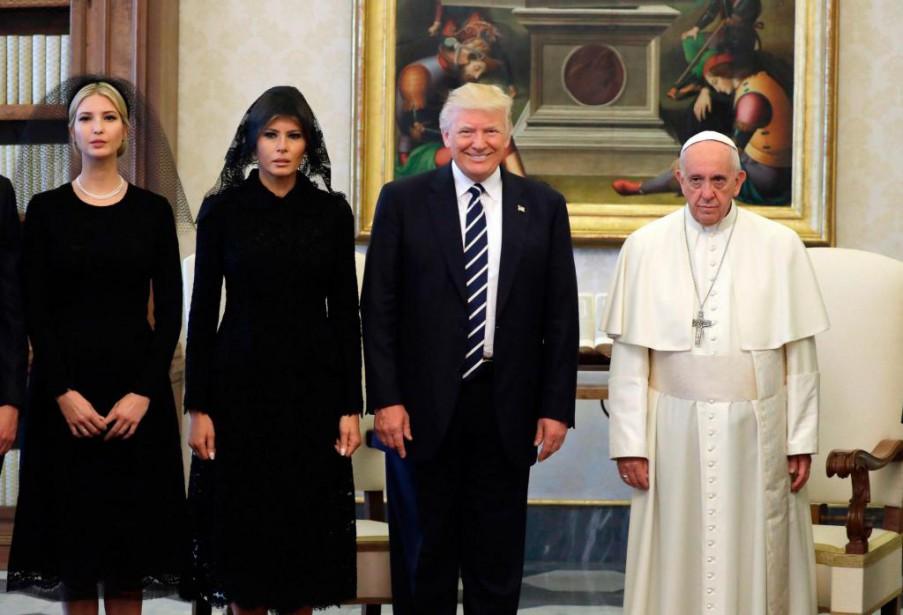 Le pape François pose avec le président américain... (PHOTO AFP)