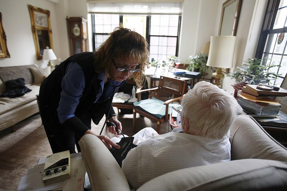 Sur cette photo, une infirmière visite une personne... (Hiroko Masuike, archives The New York Times))