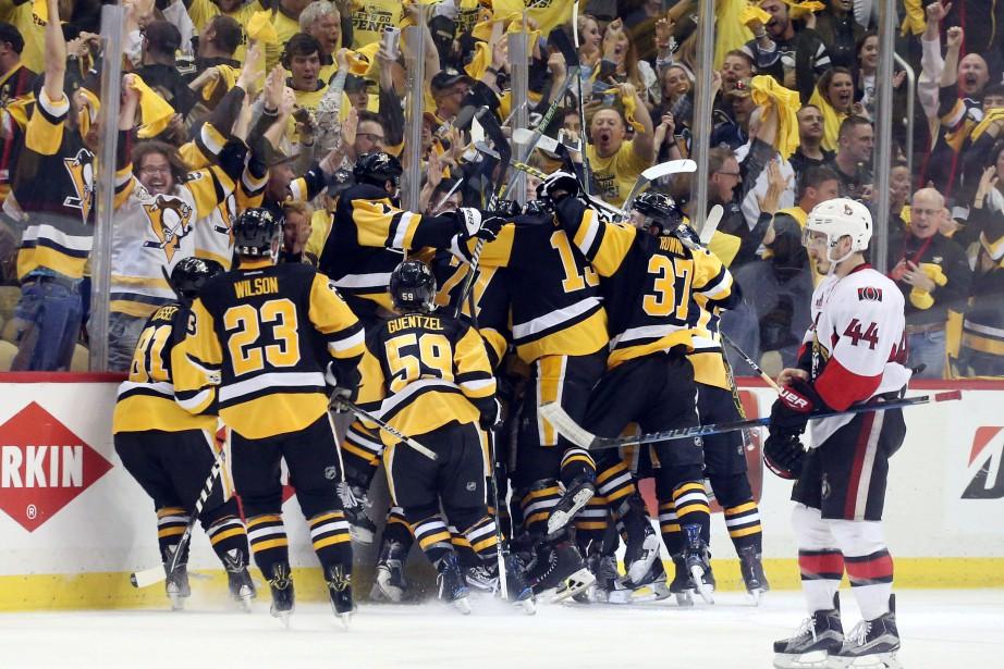 Les joueurs des Penguins célèbrent après le but... (Photo Charles LeClaire, USA Today Sports)